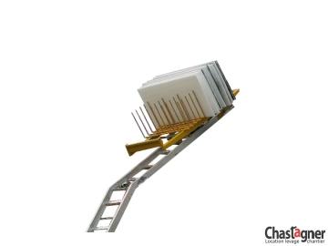 Porte-panneaux solaires pour échelle monte-matériaux